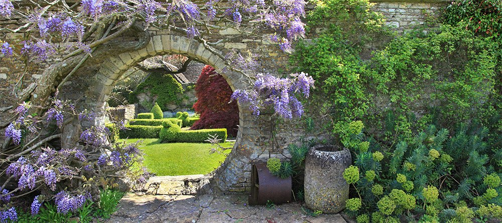 Round entry with Wisteria Sinensis and a lookout at an English garden